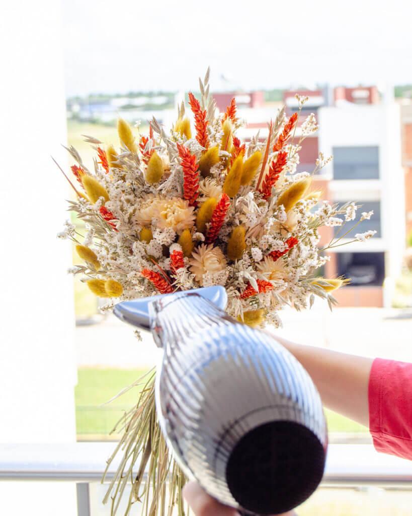 A técnica do secador para remover pó em flores secas by Flores no Cais