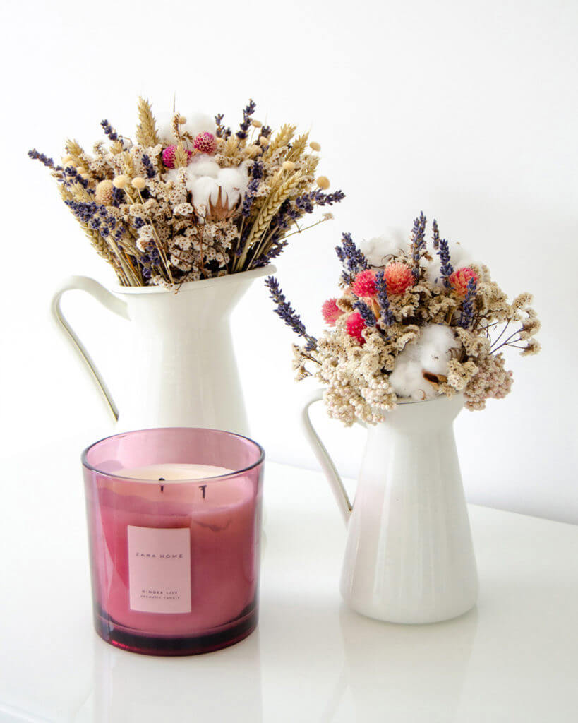 Dois ramos secos em jarros brancos com vela da Zara Home by Flores no Cais